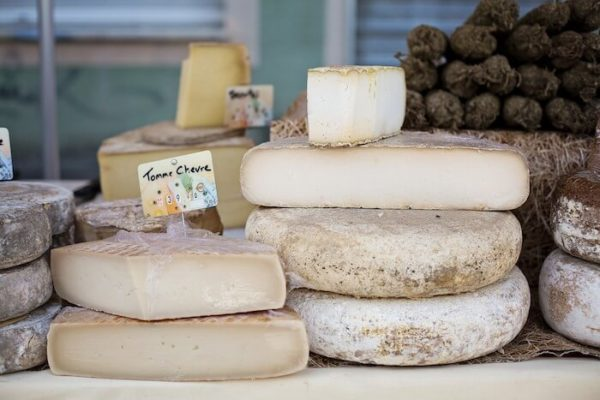 店頭に並ぶハードチーズ