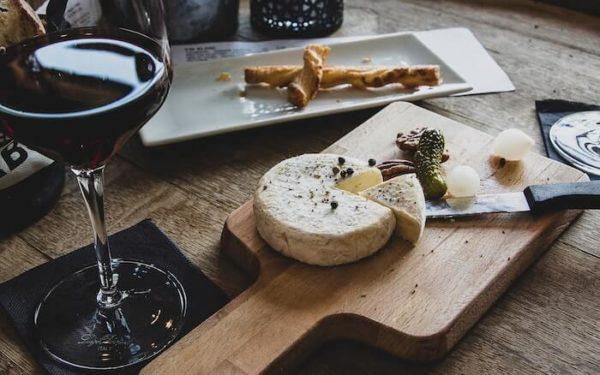 テーブルの上のチーズとワイン