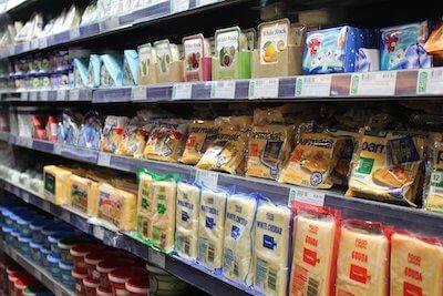 お店に並ぶプロセスチーズ