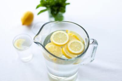 水の中のスライスレモン