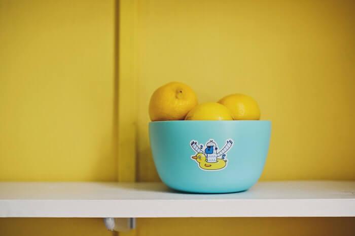 水色のバスケットに盛られたレモン