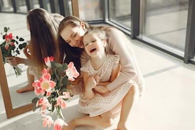 母親に抱かれて幸せな子供