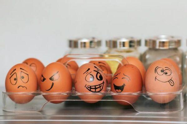 冷蔵庫の中の顔を描いた卵