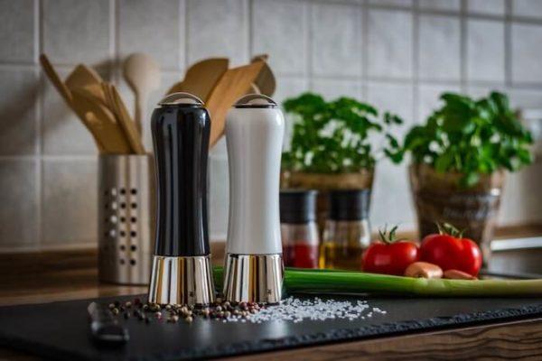 調理場のソルトミルとペッパーミル