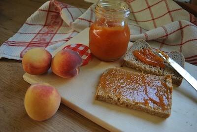 桃のジャムを塗ったトースト
