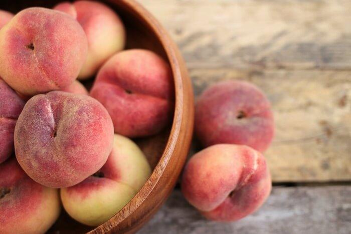 机の上の更に盛った桃