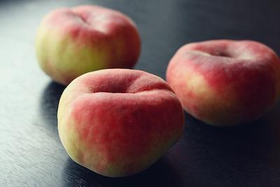 フランスの平べったい桃