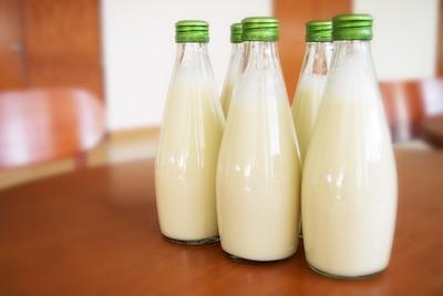 緑色のキャップの牛乳の入ったボトル