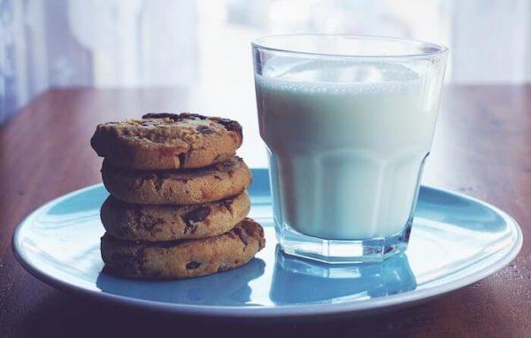 グラスの牛乳とクッキー