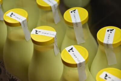 黄色いキャップの牛乳の入ったボトル