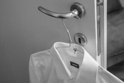 ドアノブにかかった白シャツ