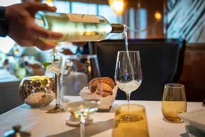 グラスに注がれる白ワイン