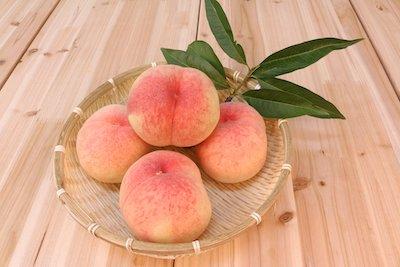 お皿の上の白桃