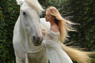 白い馬と白いドレスの女性