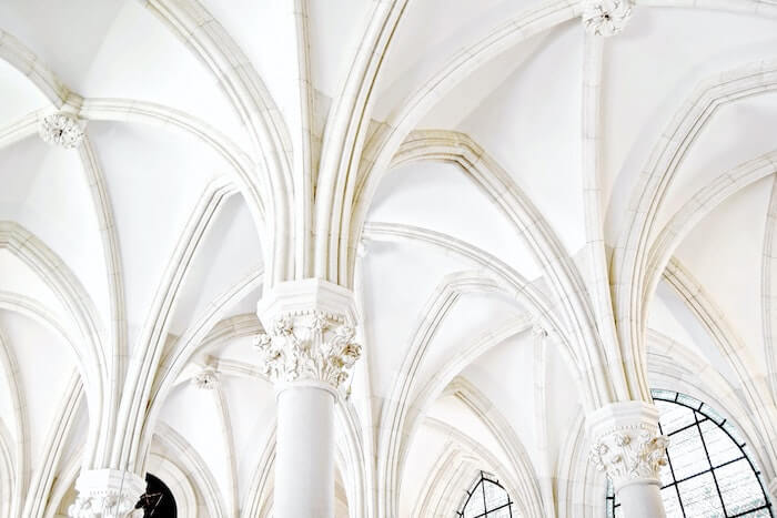 白い聖堂の球体の天井