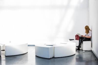 白い部屋で仕事する女性