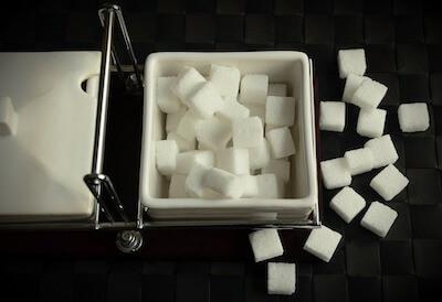入れ物に入った角砂糖