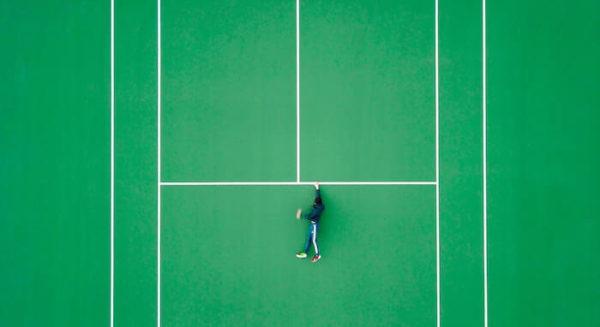 人工芝で緑色のテニスコート
