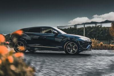 光沢のある黒い車