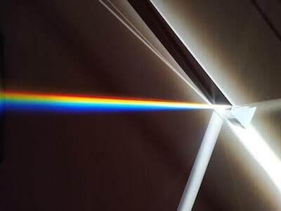 プリズマに反射した虹色の光