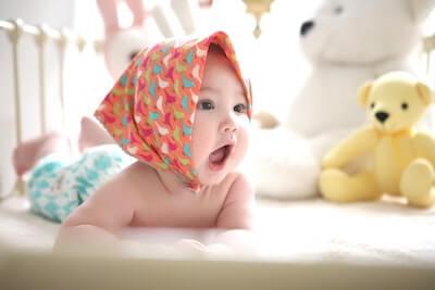 大きな口を開ける赤ちゃん