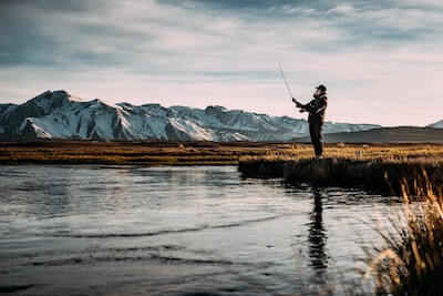 川釣りをする人