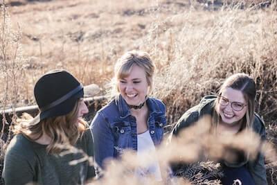 楽しく話す女性三人