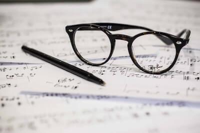 黒いフレームのメガネ
