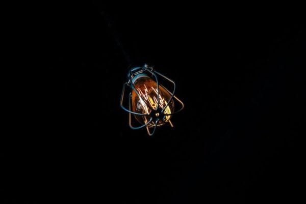 暗闇にほのかに光る電球