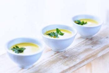 3つ並んだじゃがいものスープ