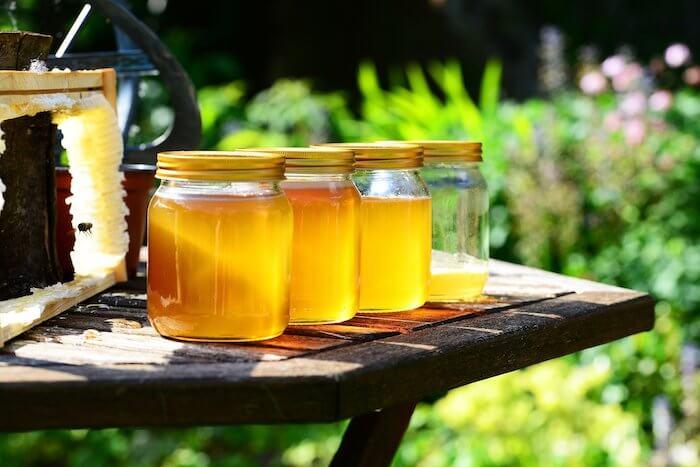 蜂蜜の入った瓶3つ