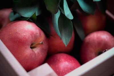 木箱に入ったリンゴ