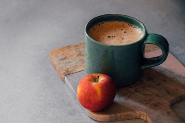 テーブルの上のりんごとコーヒー