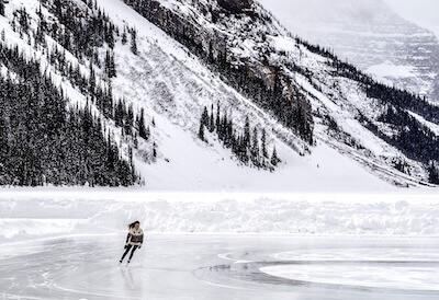 氷の張った湖でアイススケートする女性