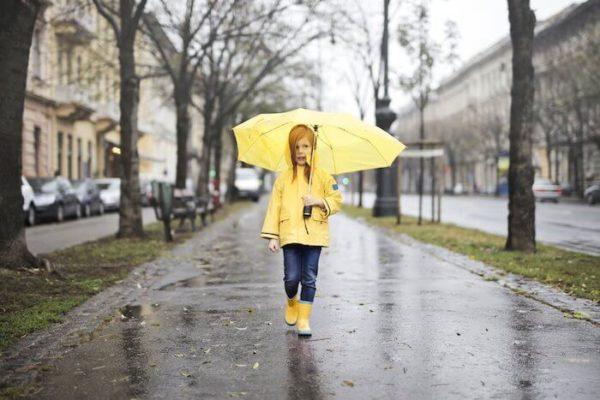 黄色い傘、レインコートと長靴の女の子