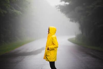 黄色いレインコートを着た女性
