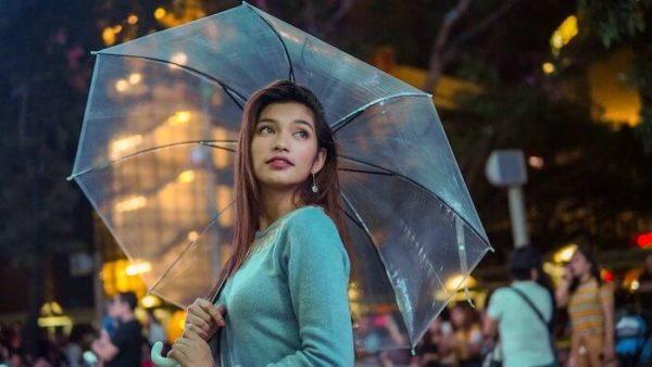 透明の傘をさす女性