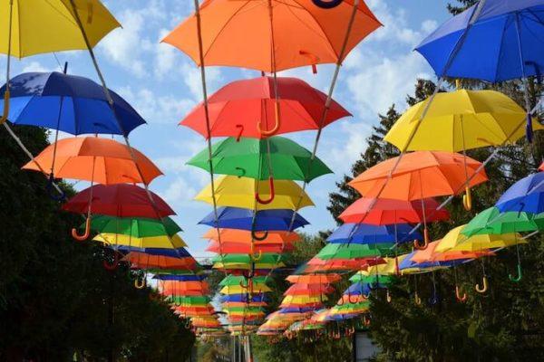 空中に並べられたカラフルな傘