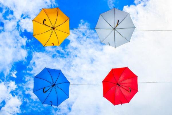 青空に映える4色の傘