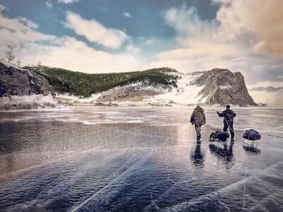 氷が張った湖を歩く人