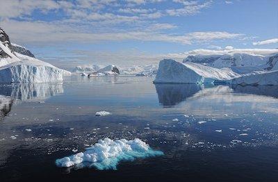海に浮かぶ氷