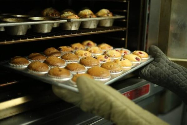 オーブンから取り出されている焼き菓子