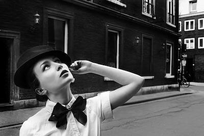 黒い蝶ネクタイをする女性