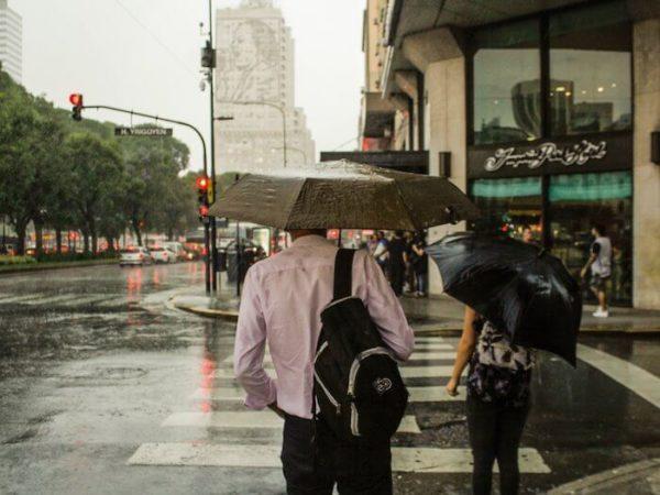 雨が降る街の景色