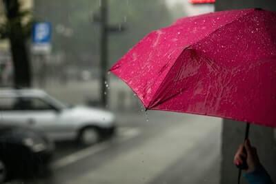 赤い傘を指している人