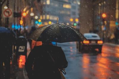 小雨がぱらつく街