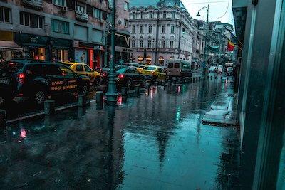 小雨の降る街並み