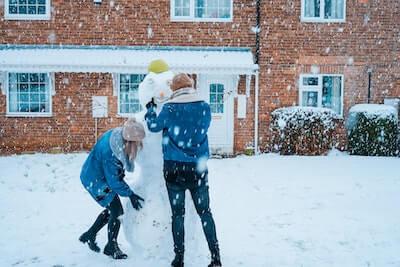 雪だるまを作る二人