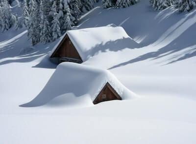 豪雪に埋まった家の屋根