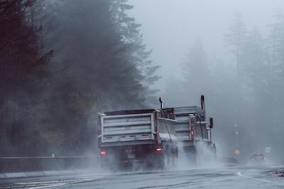 霧雨の中を走るトラック